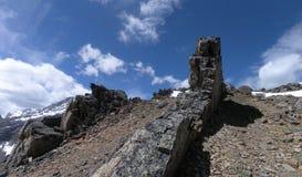 Bande rocheuse de falaise dans les rockes canadiens Photographie stock