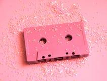 Bande rose de cassette sonore dans les scintillements Photo minimale de concept de partie dans le style 90s Photos stock