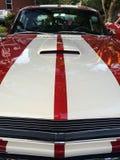 Bande rosse e bianche sul cappuccio della macchina da corsa classica Fotografia Stock Libera da Diritti