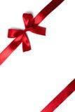 Bande rouge brillante de satin sur le fond blanc Photographie stock libre de droits