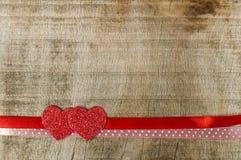 Bande rouge de bande et deux coeurs Photographie stock
