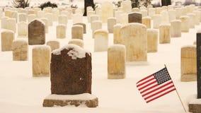A bandeira acena o vento Custer Battlefield Cemetery Tombstones video estoque