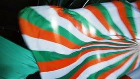 Bandeira acenada da equipa de hóquei da vista inferior grande com listras brilhantes video estoque