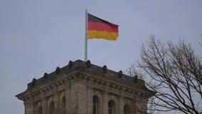 Bandeira alemão em cima do Reichstag em Berlim, Alemanha que vibra no vento filme