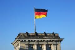 Bandeira alemão que acena em Bundestag em Berlim Fotos de Stock Royalty Free