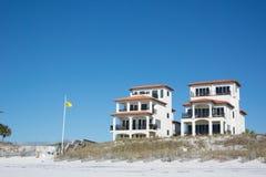 Bandeira amarela com casas imagem de stock royalty free