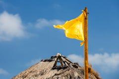 Bandeira amarela e céu azul Imagem de Stock Royalty Free