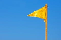 Bandeira amarela e céu azul Fotografia de Stock