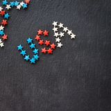 A bandeira americana colore a palavra EUA conceito o Dia da Independência do 4 de julho Fundo da ardósia Configuração lisa Vista  Imagem de Stock Royalty Free