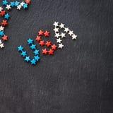 A bandeira americana colore a palavra EUA conceito o Dia da Independência do 4 de julho Fundo da ardósia Configuração lisa Vista  Foto de Stock Royalty Free
