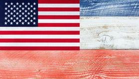 Bandeira americana com as cores nacionais pintadas no varrão de madeira do desvanecimento Fotografia de Stock
