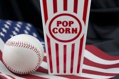 Bandeira americana com basebol e caixa da pipoca imagens de stock royalty free