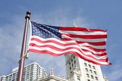 Bandeira americana com edifícios atrás dela Fotos de Stock