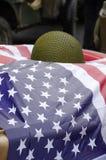Bandeira americana com segunda guerra mundial militar do capacete Fotografia de Stock