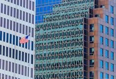 Bandeira americana das construções da cidade imagens de stock royalty free
