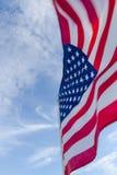 Bandeira americana de encontro a um céu azul Fotografia de Stock Royalty Free