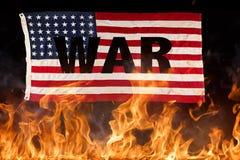 A bandeira americana do Grunge, conceito da guerra com fogo arde imagem de stock royalty free