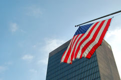 Bandeira americana e arranha-céus Fotos de Stock Royalty Free