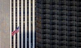 Bandeira americana e contraste arquitetónico, arranha-céus de New York, Fotos de Stock