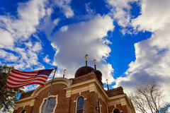 Bandeira americana e cruz religiosa no por do sol Fotos de Stock