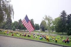 Bandeira americana e flores no Graveside Foto de Stock Royalty Free