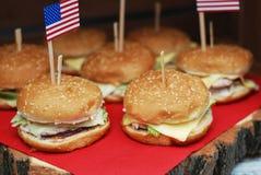 Bandeira americana e hamburgueres para o feriado - 4o de julho Hamburgueres caseiros Foto de Stock Royalty Free