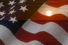 Bandeira americana e luz do sol brilhante no oceano Conceito patriótico dos EUA Foto de Stock Royalty Free