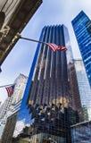 A bandeira americana e o trunfo elevam-se como um fundo Fotografia de Stock Royalty Free
