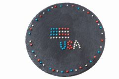 Bandeira americana e palavra EUA conceito Dia da Independência do 4 de julho Fundo redondo da ardósia Configuração lisa Vista sup Imagens de Stock