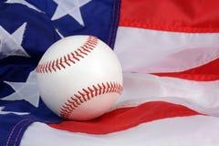 Bandeira americana e um basebol Imagens de Stock
