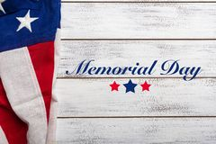 Bandeira americana em um fundo de madeira vestido branco com cumprimento do Memorial Day imagens de stock royalty free