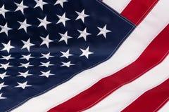 A bandeira americana encontra-se em uma tabela como um fundo Fotografia de Stock Royalty Free