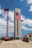 A bandeira americana enorme decora construções sob a construção ao longo de Har Imagem de Stock