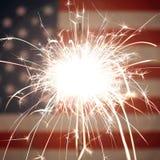 A bandeira americana iluminou-se acima por chuveirinhos para 4ns de celebrações de julho Imagem de Stock Royalty Free