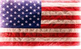 A bandeira americana iluminou-se acima por chuveirinhos para 4ns de celebrações de julho Imagens de Stock Royalty Free