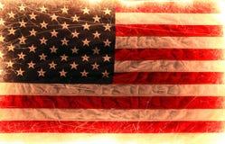 A bandeira americana iluminou-se acima por chuveirinhos para 4o julho Fotos de Stock