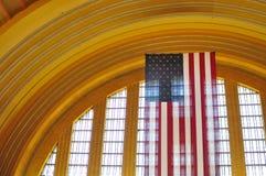 Bandeira americana muito grande que pendura no centro terminal do museu da união em Cincinnati Ohio Fotos de Stock Royalty Free