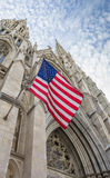 Bandeira americana na catedral do St Patricks em New York Foto de Stock Royalty Free