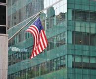 Bandeira americana na frente da construção Fotografia de Stock Royalty Free