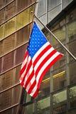 Bandeira americana na frente de uma construção moderna, New York Fotografia de Stock