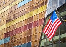 Bandeira americana na frente de uma construção moderna, New York Foto de Stock