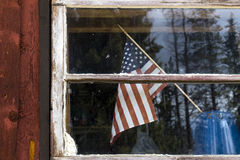 Bandeira americana na janela de cabine Fotografia de Stock Royalty Free