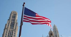 A bandeira americana na perspectiva dos arranha-céus retarda a ondulação com enrugamentos visíveis Feche acima da bandeira do Est vídeos de arquivo