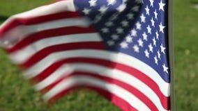 Bandeira americana no cemitério memorável militar video estoque