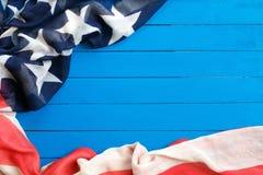 Bandeira americana no fundo de madeira azul A bandeira do Estados Unidos da Am?rica O lugar a anunciar, molde fotografia de stock