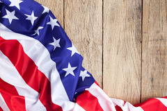 Bandeira americana no fundo de madeira para Memorial Day ou o 4o de julho Fotos de Stock