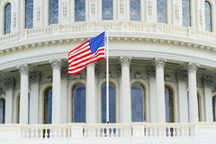 Bandeira americana no fundo do Capitólio imagem de stock royalty free