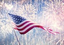 Bandeira americana no fundo dos fogos-de-artifício Imagens de Stock