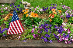 Bandeira americana no jardim fotos de stock royalty free