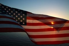 Bandeira americana no lago no por do sol fotos de stock